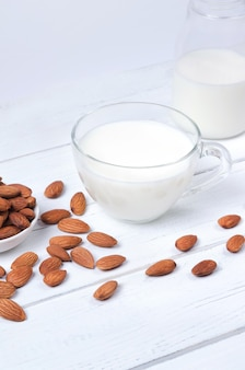 Latte di mandorle in tazza su fondo bianco