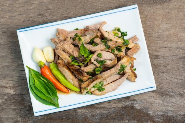 Latte di mucca grigliato, cibo tailandese nord-orientale un mazzetto di latte vaccino grigliato.