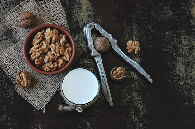 Latte di noci. noci e latte bevande keto. dieta keto. latte vegano cibo ecologico. superfoods