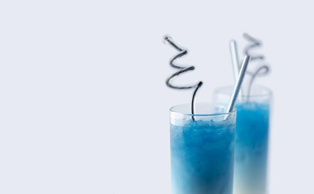 Latte di pisello di farfalla blu della bevanda di rinfresco di estate in vetro su fondo bianco
