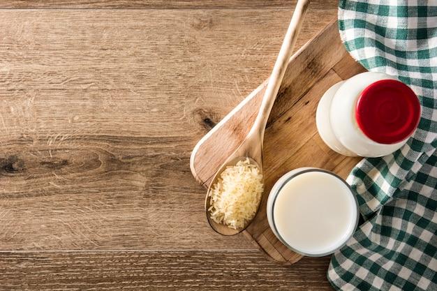 Latte di riso in vetro e bottiglia sulla tavola di legno. vista dall'alto.