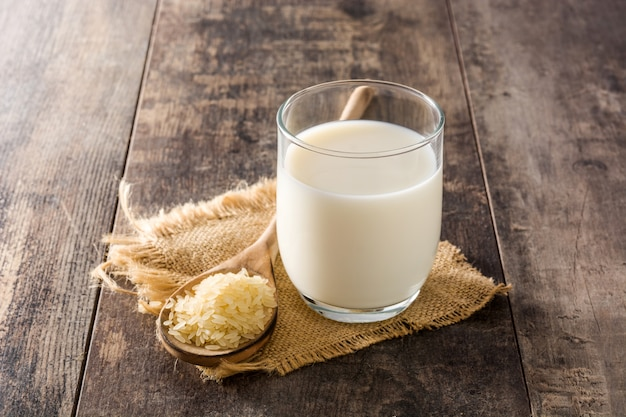 Latte di riso in vetro sulla tavola di legno.