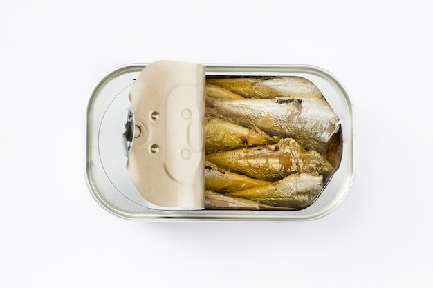 Latte di sardine isolate su bianco