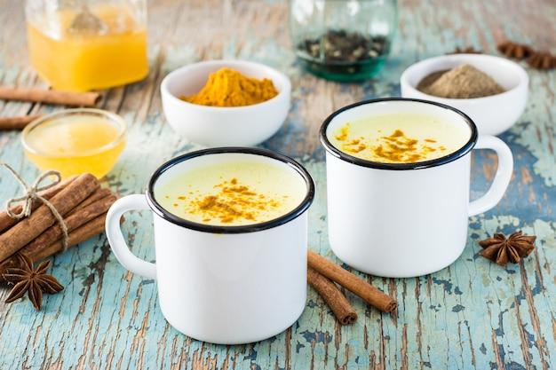 Latte dorato con curcuma e cannella in tazze