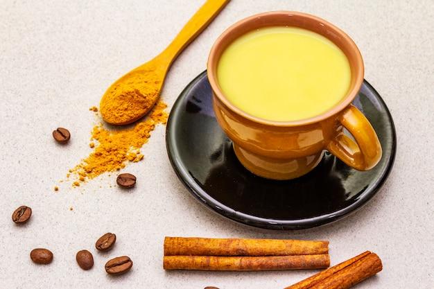 Latte dorato del caffè alla cannella della curcuma