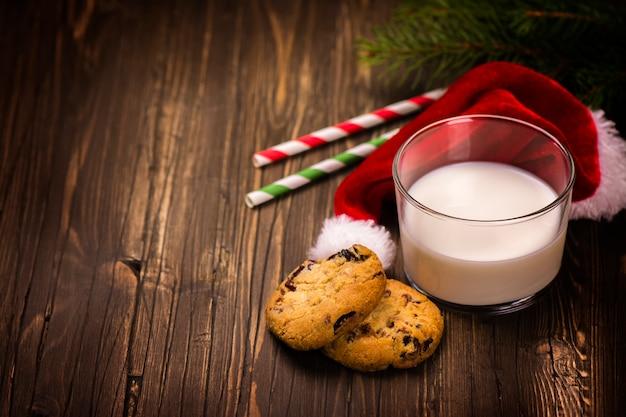 Latte e biscotti per babbo natale. concetto di natale.