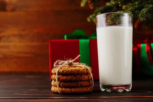 Latte e biscotti per babbo natale sotto l'albero di natale