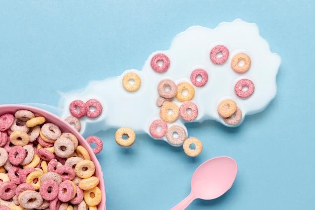 Latte e cereali rovesciati nella vista superiore della ciotola