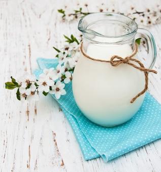 Latte e fiore di primavera