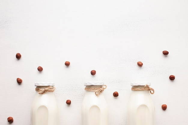 Latte e nocciole su fondo bianco