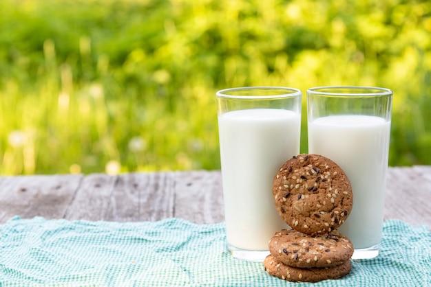 Latte fresco con biscotti per colazione.