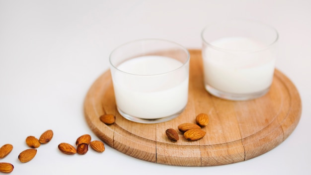 Latte fresco e alcune mandorle