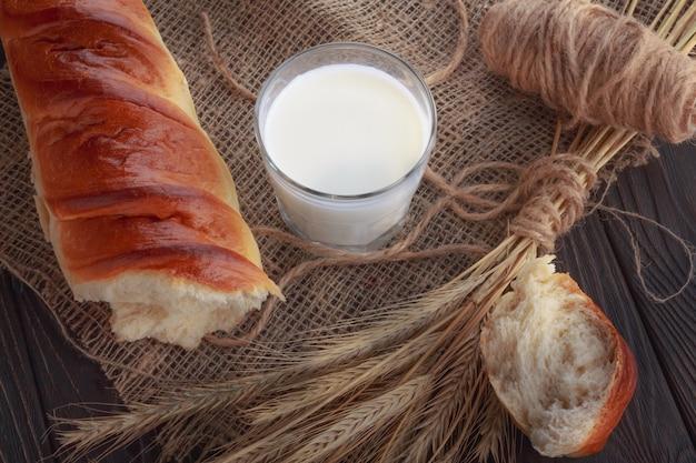 Latte fresco in un bicchiere e baguette