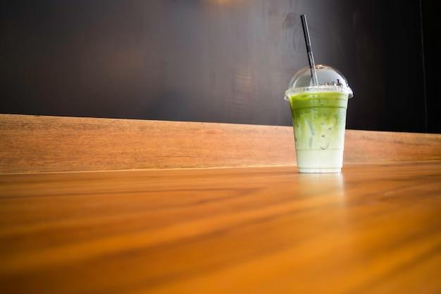 Latte ghiacciato del tè verde sulla tavola di legno
