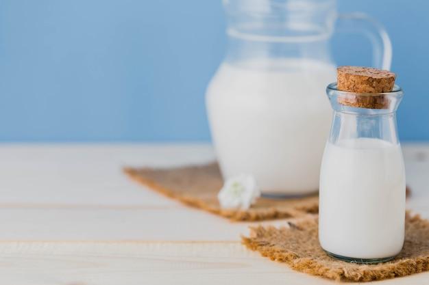 Latte in brocca con sfondo blu
