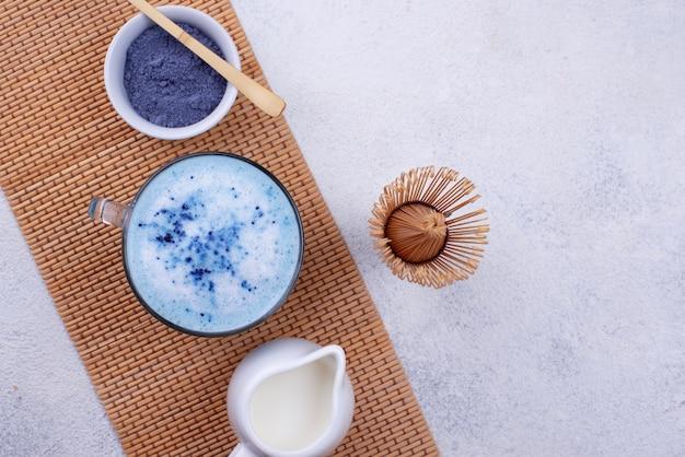 Latte matcha blu con latte