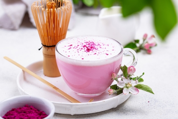 Latte matcha rosa con latte