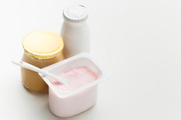 Latte organico del primo piano con yogurt fresco
