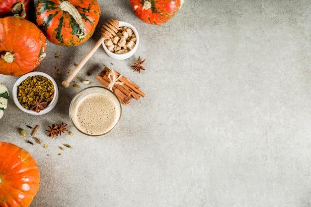 Latte piccante del caffè della zucca con i punpkins