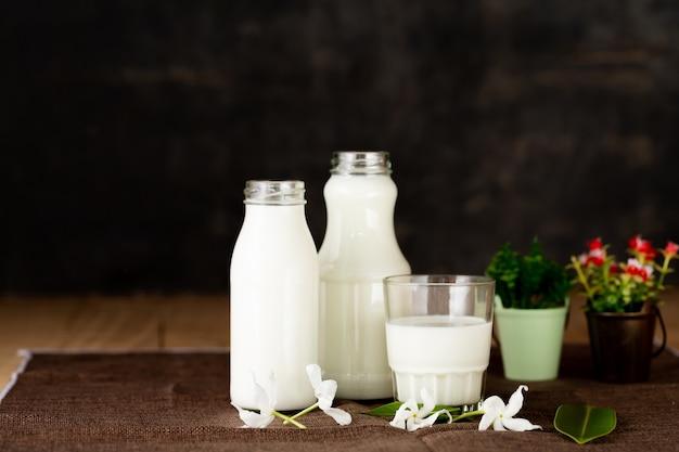 Latte prodotti lattiero-caseari sani sul tavolo
