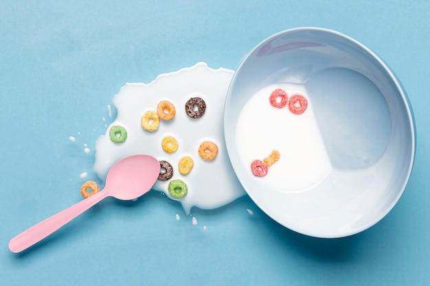 Latte rovesciato e latte nella vista superiore della ciotola