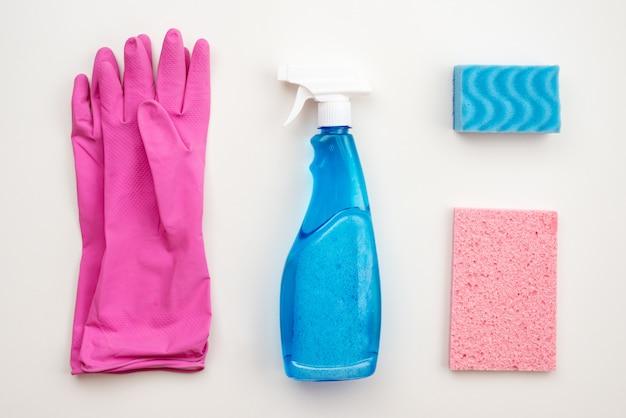 Lattice, guanti rosa, spazzola per la pulizia, spray, salvietta, panno
