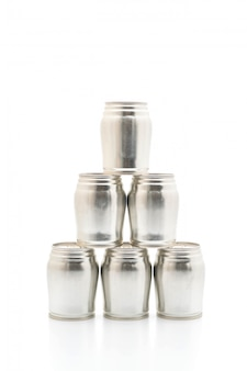 Lattina di alluminio su sfondo bianco