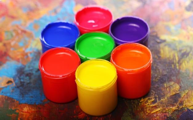 Lattine con vernice colorata