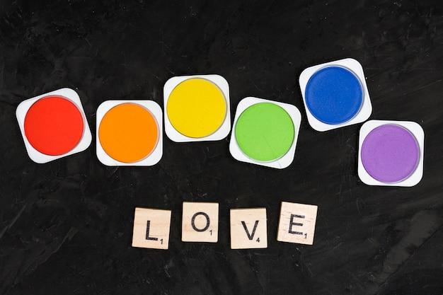 Lattine di colori arcobaleno e testo d'amore