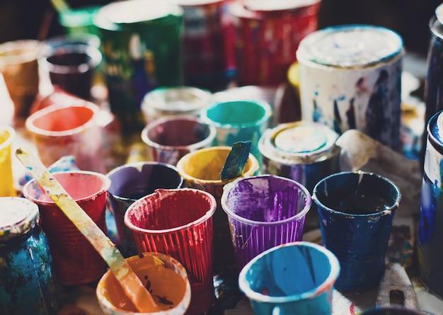 Lattine multicolori con vernice