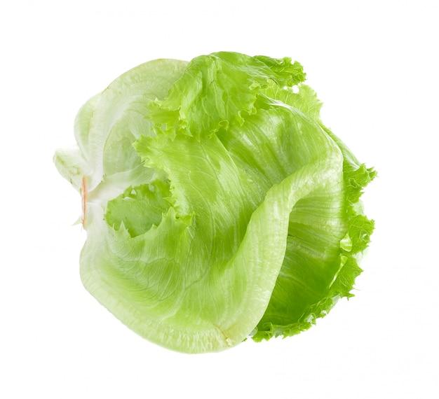 Lattuga verde fresca su bianco