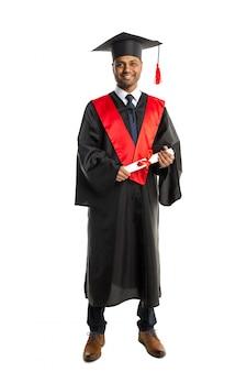 Laureato afroamericano maschio in abito e berretto