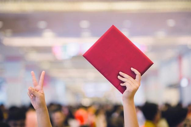 Laureato femminile che indossa un abito di laurea