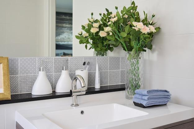 Lavabo con rubinetto e bottiglia di sapone liquido a casa
