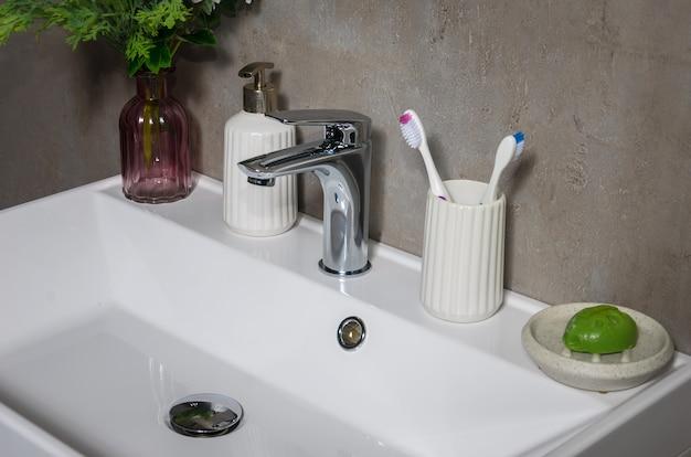 Lavabo moderno in bagno moderno.