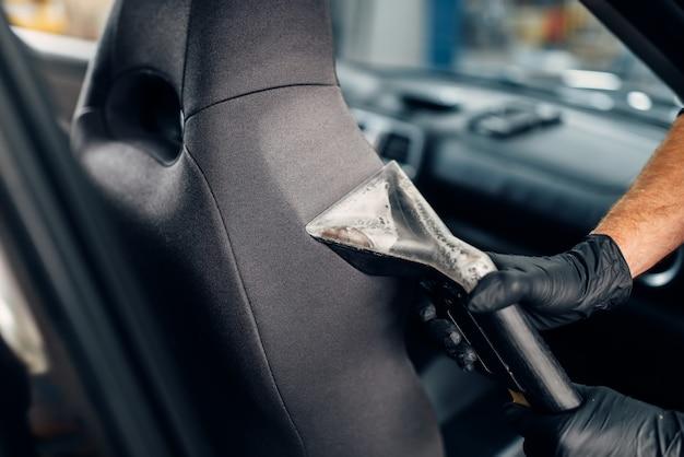 Lavaggio a secco dei seggiolini auto con aspirapolvere
