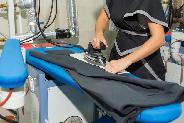 Lavaggio a secco dei vestiti. stirare