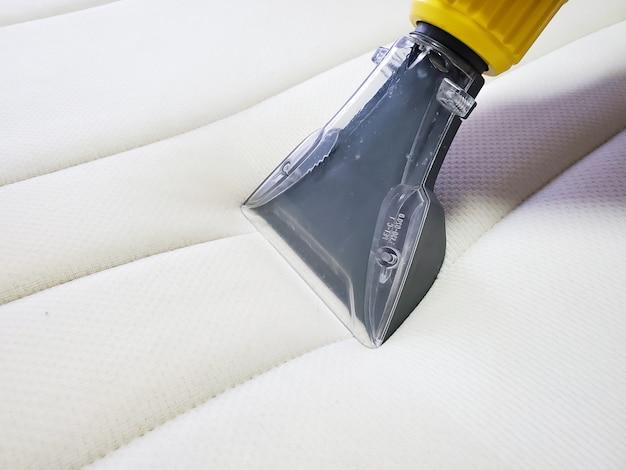 Lavaggio a secco del materasso con metodo di estrazione professionale. avvicinamento