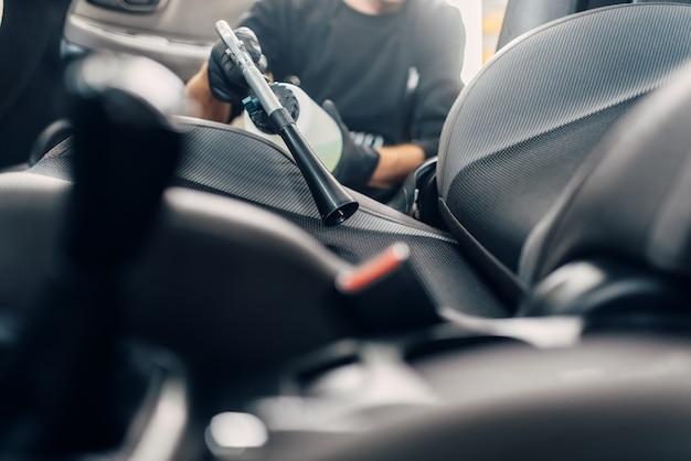 Lavaggio a secco professionale degli interni dell'auto
