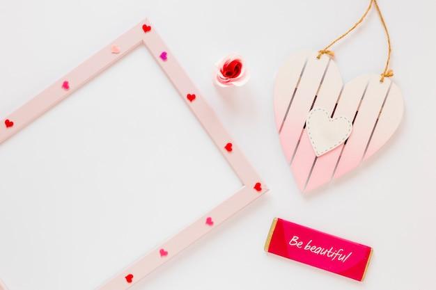Lavagna bianca con cuori e messaggio per san valentino