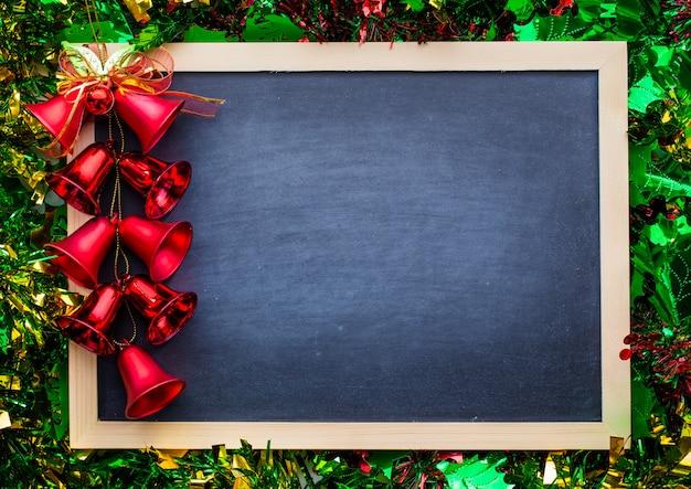 Lavagna con cornice in legno e decorazioni natalizie
