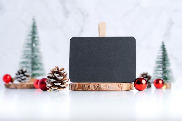 Lavagna con decorazioni natalizie