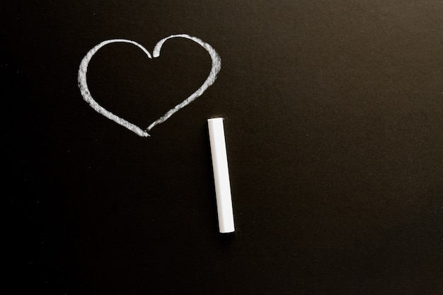 Lavagna con il cuore disegnato. trama di sfondo con spazio di copia