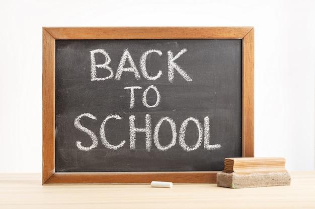 Lavagna con messaggio di ritorno a scuola