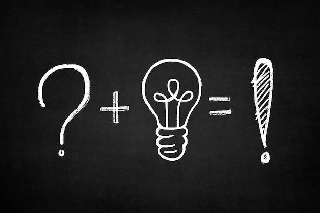 Lavagna con una somma di un punto interrogativo e una lampadina