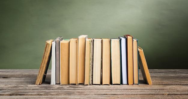 Lavagna della scuola con una pila di libri