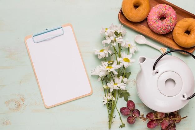 Lavagna per appunti con set per la colazione