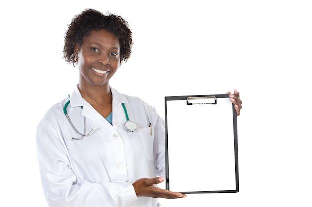 Lavagna per appunti del briciolo di medico della donna dell'afroamericano sopra fondo bianco