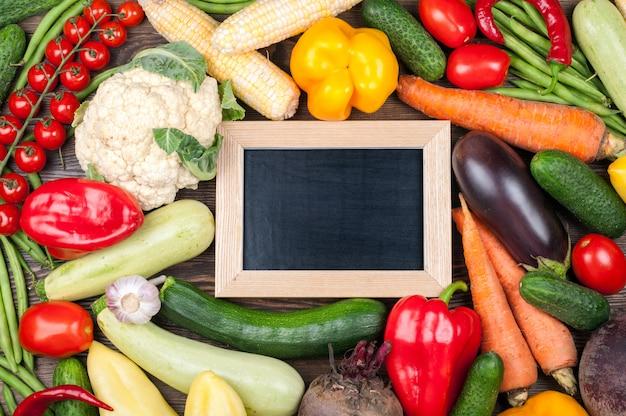 Lavagna per testo e verdure fresche biologiche