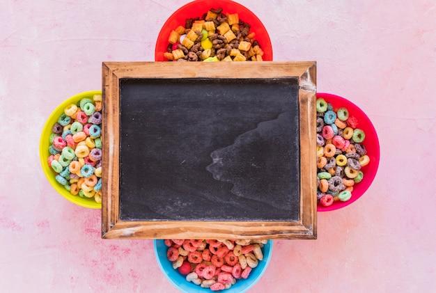 Lavagna su quattro ciotole di cereali